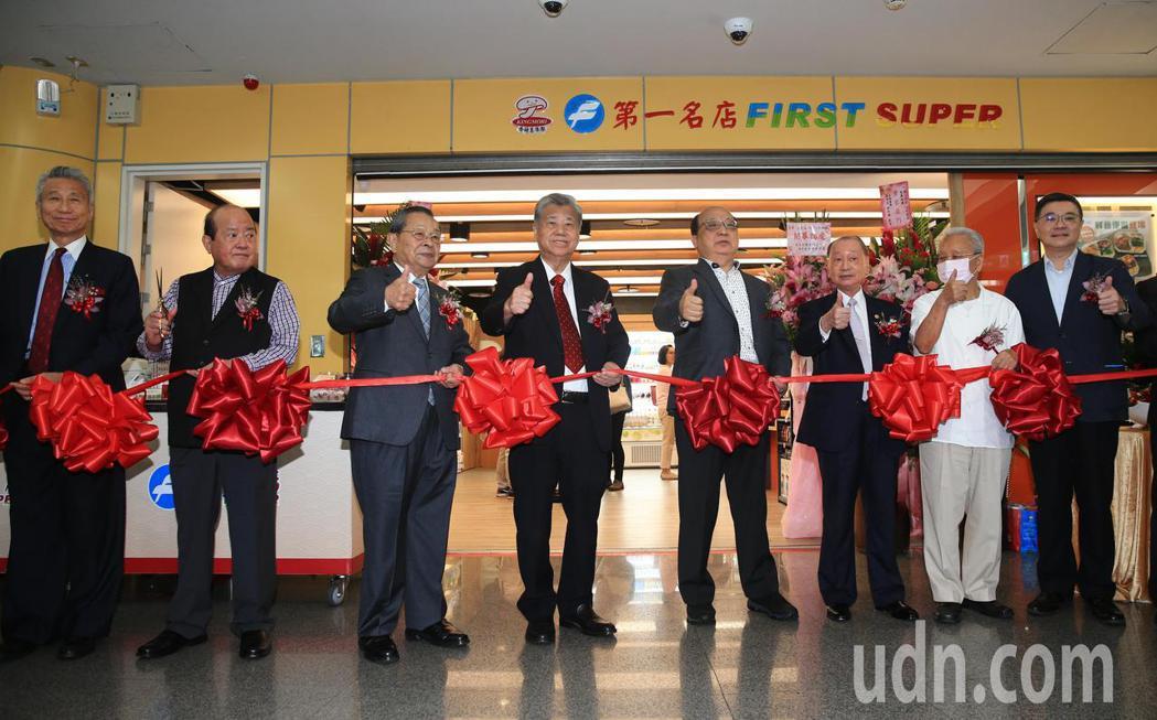 第一名店超商店「小巨蛋1-8號店鋪」中午舉行剪綵啟用儀式,第一名店董事長王義郎(...