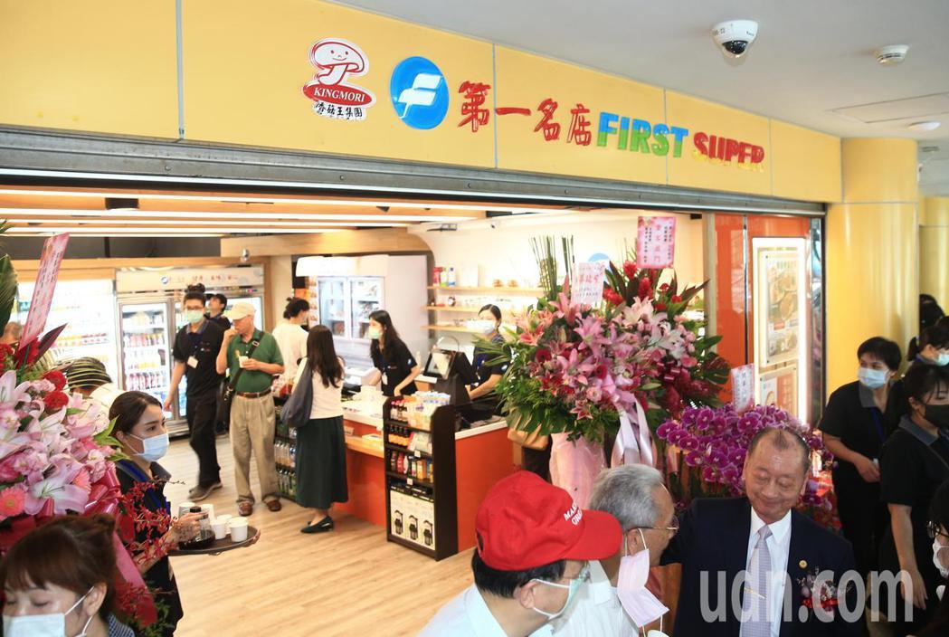 第一名店超商店「小巨蛋1-8號店鋪」中午舉行剪綵啟用儀式。記者陳正興/攝影