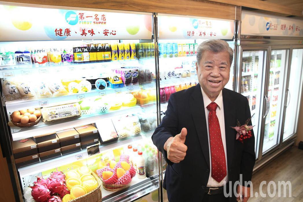 第一名店超商店「小巨蛋1-8號店鋪」開幕中午舉行,第一名店董事長王義郎現身招待出...