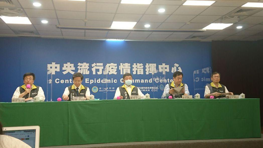 中央流行疫情指揮中心疫情監測組組長周志浩(由左至右)、專家諮詢小組召集人張上淳、...