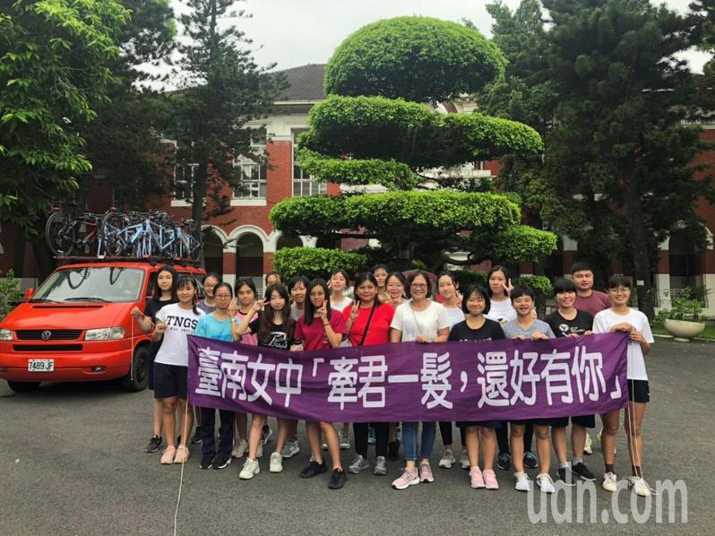 台南女中今天到蘭嶼單車環島,為癌友募款。記者鄭惠仁/攝影
