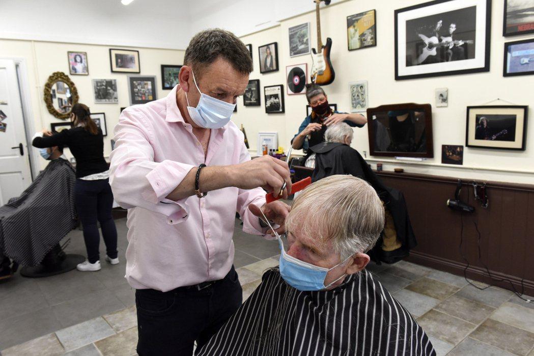 美國一間沙龍2名髮型師染疫,其139名客人沒有出現症狀。圖非事件主角。歐新社