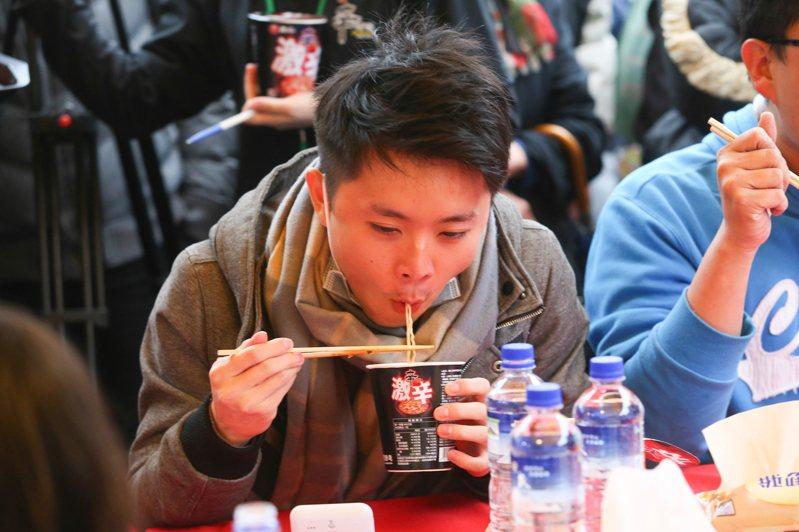 農心辛拉麵去年在西門町舉辦試吃活動,並舉辦大胃王比賽。 圖/聯合報系資料照片