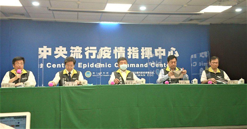 中央流行疫情指揮中心7月15日14:00記者會出席名單由左到右,中央流行疫情指揮...