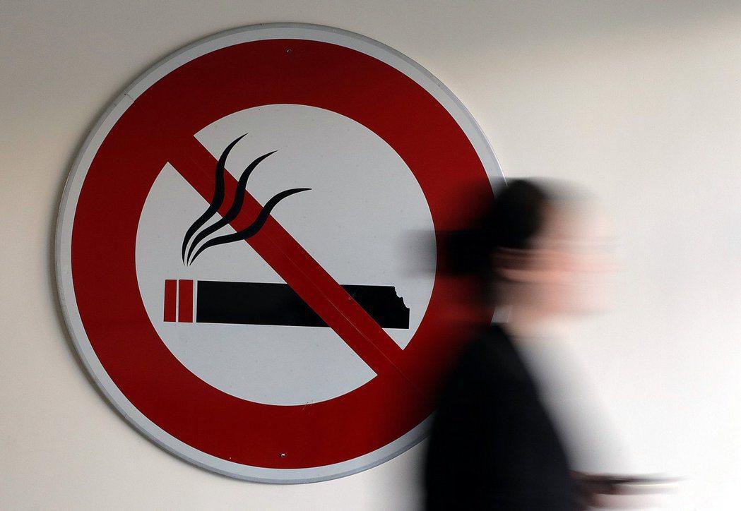 最新調查顯示,英國戒菸人數在疫情期間大減。路透