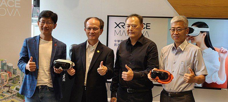 中華電信行動通信分公司總經理陳明仕(左二)與未來市創辦人周永明(右二)。 記者何佩儒/攝影