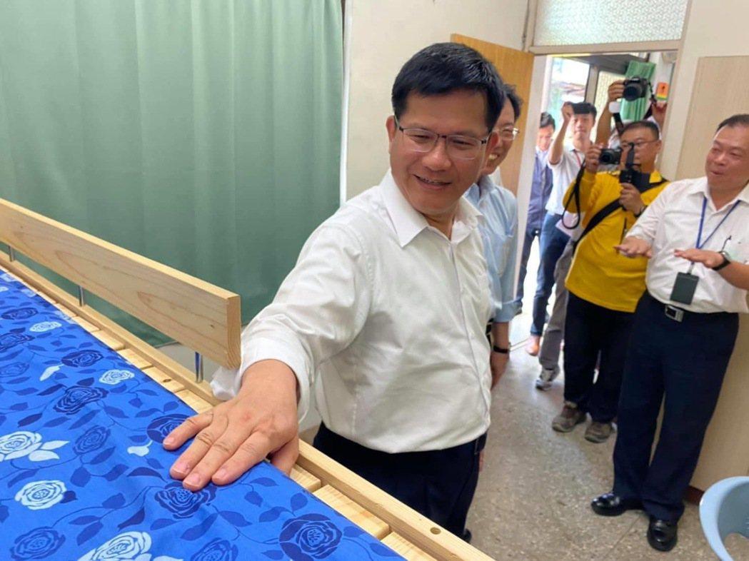 交通部長林佳龍視察富岡車站員工休息室改善。圖/取自林佳龍臉書