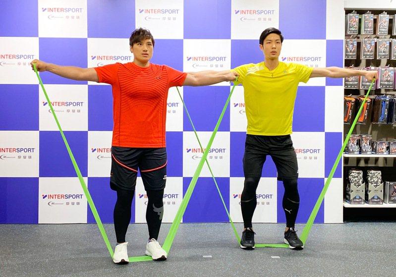 陳念琴(左)和周天成示範彈力帶運動。記者曾思儒/攝影