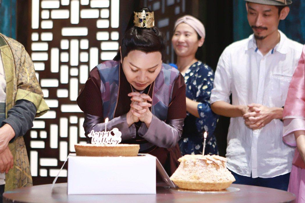 唐美雲(中)過生日以為自己被整。圖/民視提供