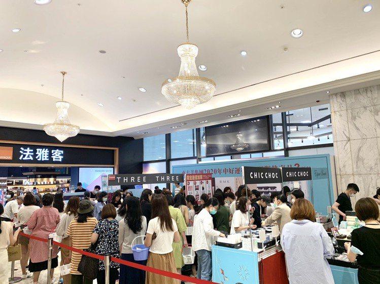 振興三倍券首日,新光三越台北南西店的消費人潮。圖/新光三越提供