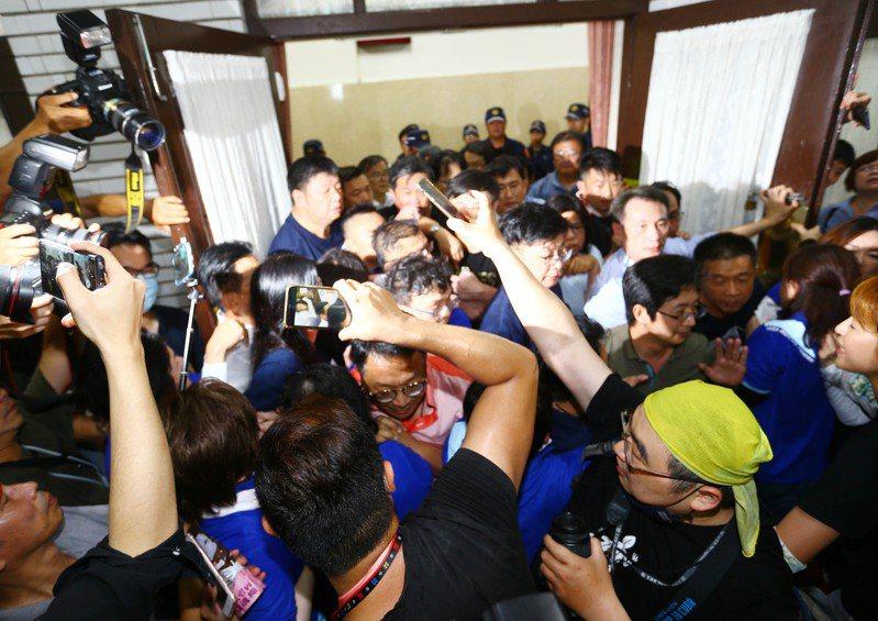 陳菊昨天到立院報告,藍綠在議場後方爆發激烈衝突,發生嚴重推擠,立法院院長游錫堃表示將蒐證助理阻擋立委行為,移請警方偵辦。記者杜建重/攝影