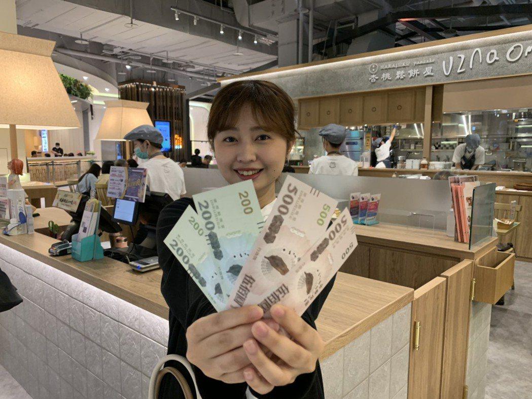 三倍券上路首日,大江購物中心今天起至8月2日推出「送鈔大真心再加碼」促銷活動。圖...