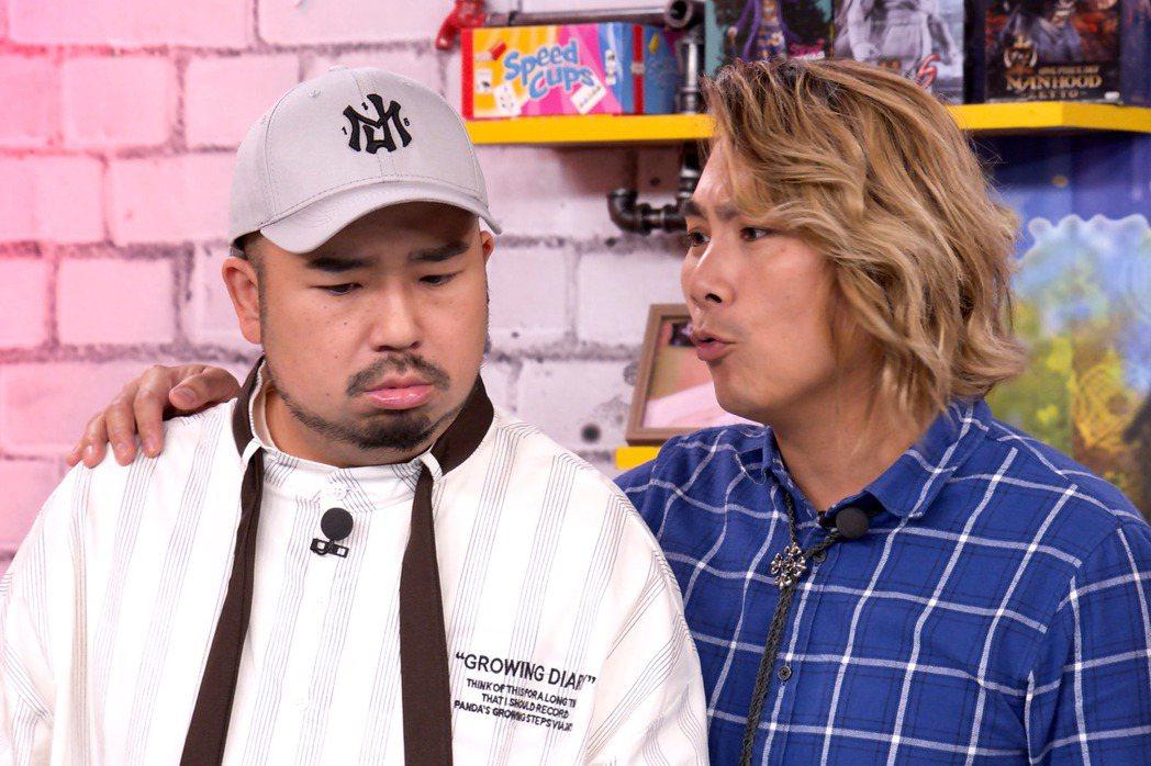 王仁甫(右)脫稿演出,揚言取代阿達(左)接下主持棒。圖/狼谷育樂台提供
