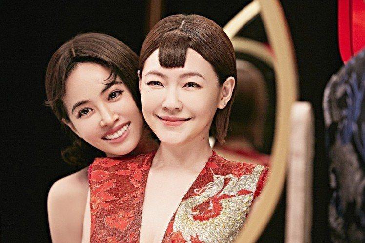 蔡依林(左)與小S合作演出「紅衣女孩」MV。圖/索尼音樂提供