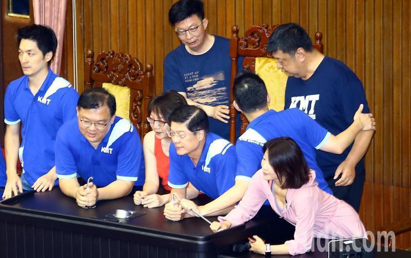 民進黨立委范雲(中紅衣者)在臉書控訴,在與藍委卡位主席台時被國民黨立委陳雪生(後右)用肚子頂下腰至少三次,涉嫌性騷擾。圖/聯合報系資料照片