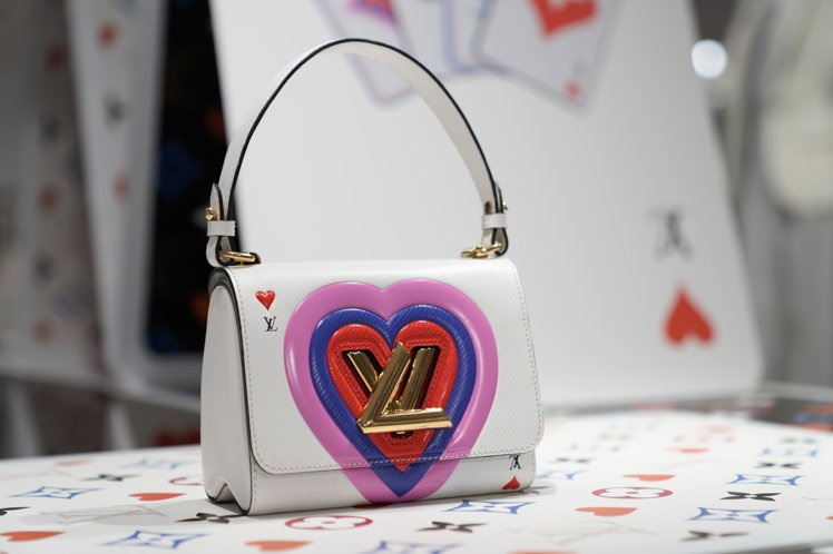 Twist手袋也結合愛心和撲克牌推出新款。圖/LV提供