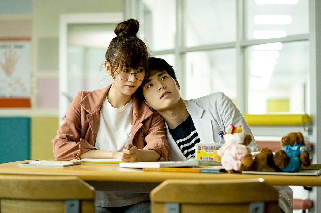 方志友(左)與唐振剛演出「天堂的微笑」。圖/TVBS提供