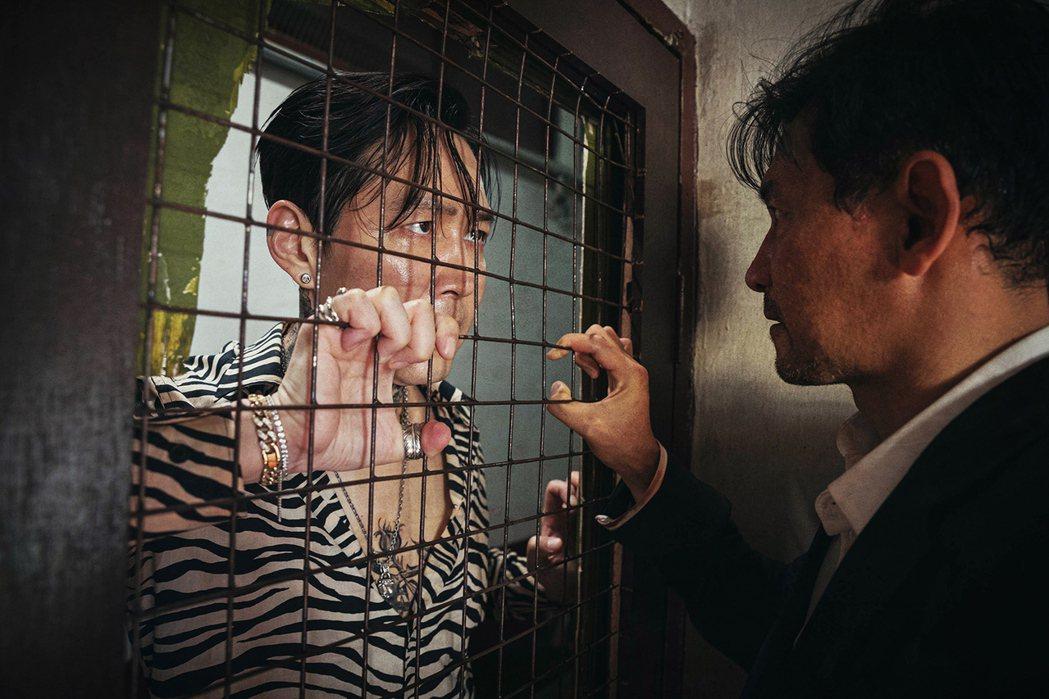 黃晸玟(右)與李政宰在「魔鬼對決」有精彩對手戲。圖/采昌國際多媒體提供