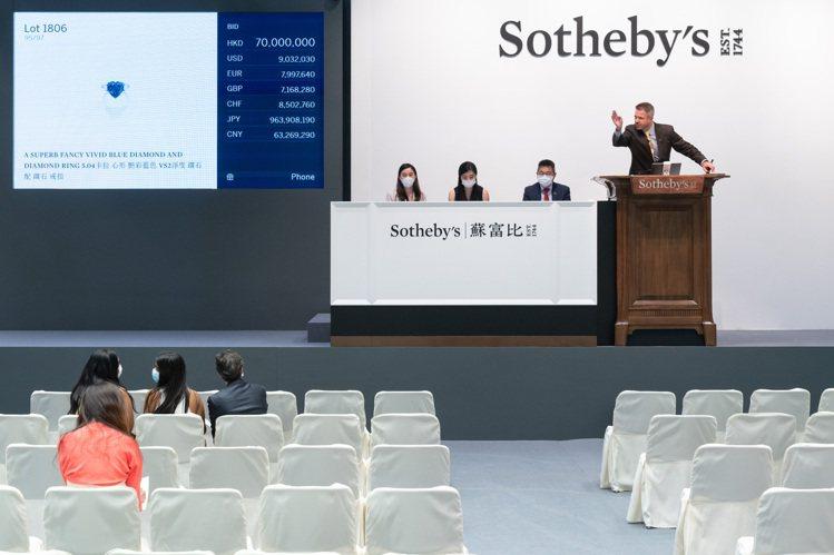 5.04克拉的心形艷彩VS2藍鑽鑽戒於蘇富比以約3.1億元台幣最高價成交。圖/蘇...