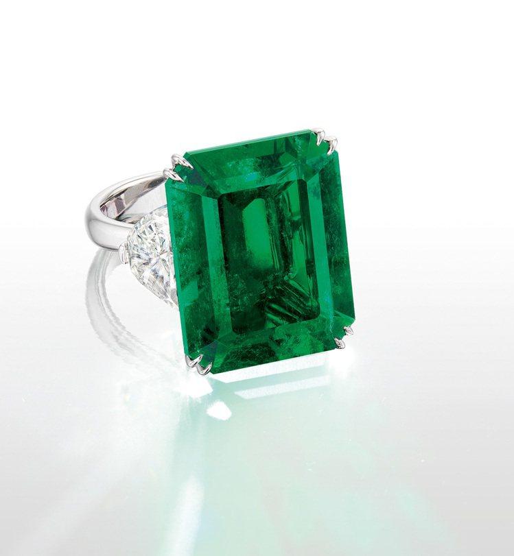 富藝斯的春季珠寶拍賣,由21.52 克拉「哥倫比亞」天然祖母綠配鑽石戒,以約35...