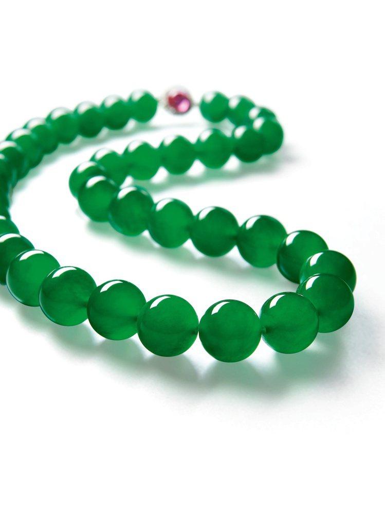 「帝王玉」天然翡翠珠鍊,以約3億元台幣成交。圖/蘇富比提供