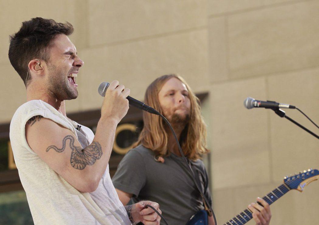 麦基马登(右)在「魔力红」担任贝斯手,与主唱亚当多年来合作无间。 图/路透资料照片