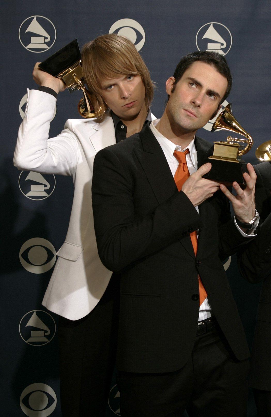「魔力紅」貝斯手麥基馬登(左)與主唱亞當十多年前在葛萊美獎頒獎典禮上搞笑。圖/路