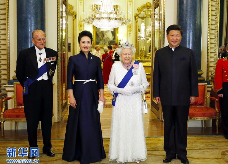 大陸國家主席習近平和夫人彭麗媛曾在2015年拜訪英國女王伊麗莎白二世。新華網