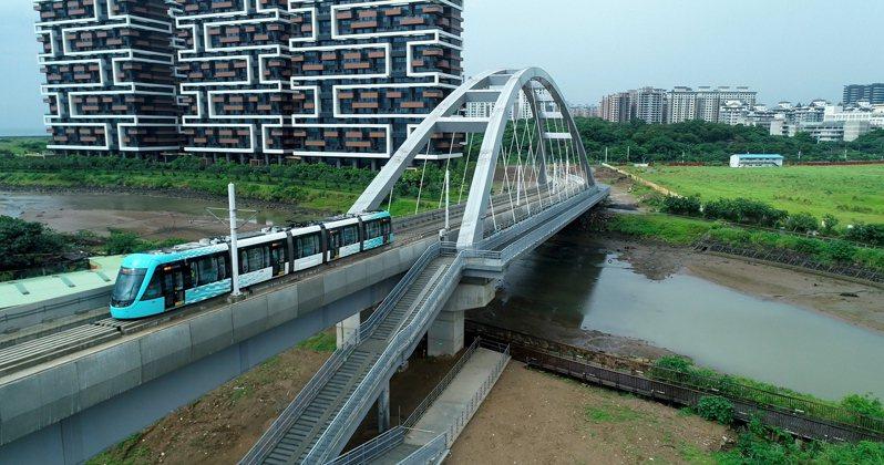 淡海輕軌藍海線已通過系統穩定性測試,圖為列車駛過新地標藍海橋 。圖/新北市捷運局提供