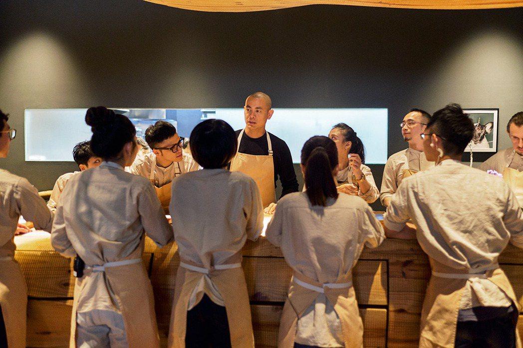 「初心」講述聞名世界的台灣名廚André Chiang江振誠面對食物、生活皆追求...