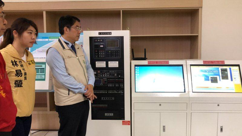 台南市長黃偉哲(左二)等人昨天實地了解數位消防通報系統流程,希望火災發生時能及早應變。記者邵心杰/攝影