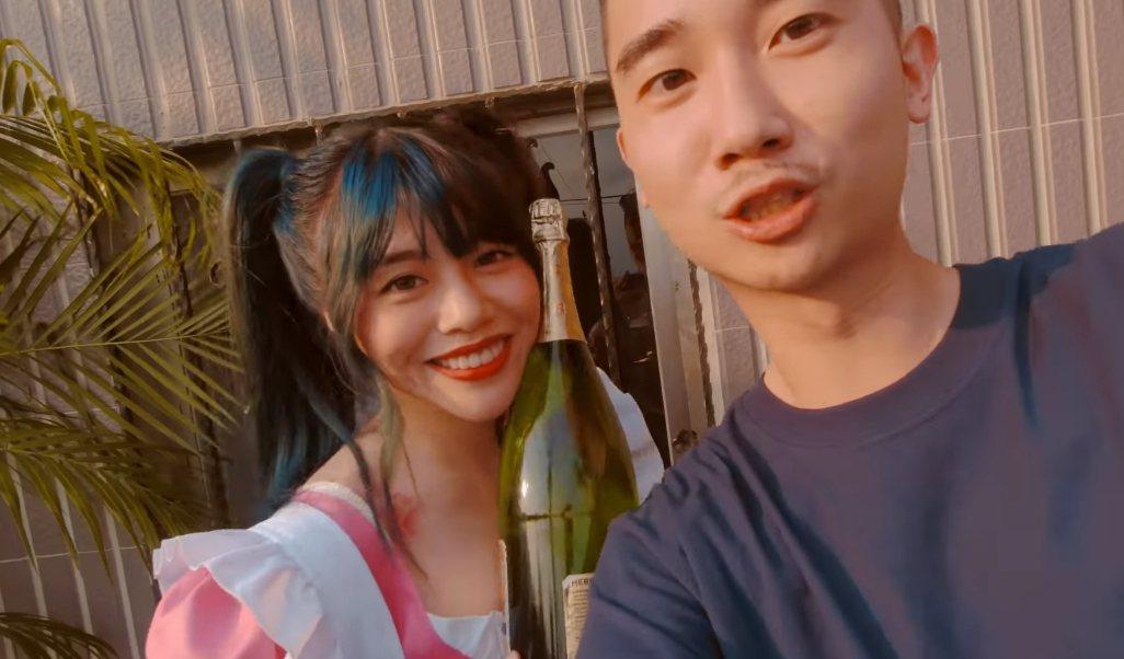 林吟蔚(左)扮成女僕,成為MV一大亮點。圖/摘自YouTube