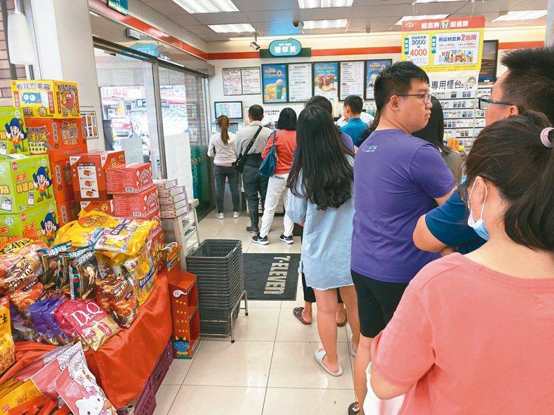 三倍券領取首日,有超商出現排隊人潮。 聯合報系資料照片/記者陳弘逸攝影