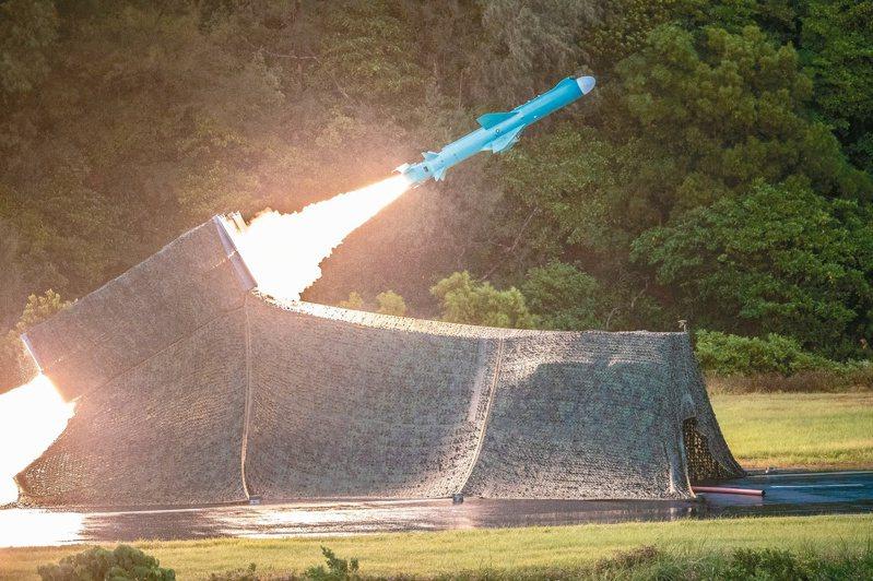 漢光卅六號演習昨進入第三天,圖為海軍機動飛彈車射擊雄風二型反艦飛彈。圖/國防部提供
