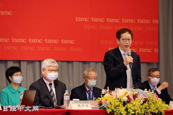 劉德音(右)表示並不擔憂中美摩擦,繼續實行設備投資計劃(6月9日,在台灣新竹舉行...