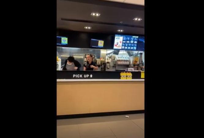 施暴男子(右)衝進櫃台怒打麥當勞經理。圖取自Youtube