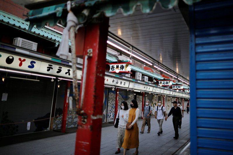 東京知名景點淺草的仲見世通商店街不復以往熱鬧,多家商店拉起鐵門暫不營業。 圖/路...