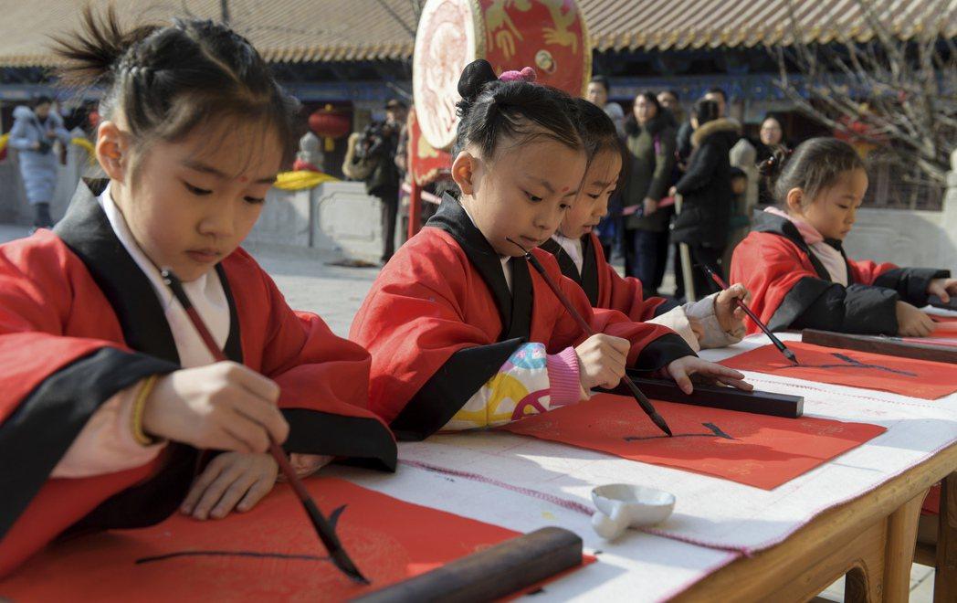 中國學童參與儀式,禮拜孔子。 圖/中新社