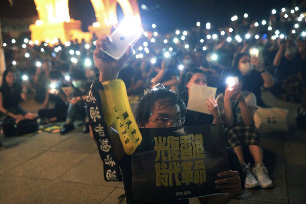 民眾參與自由廣場上的「抗爭未完、台港同行」晚會。 圖/路透社