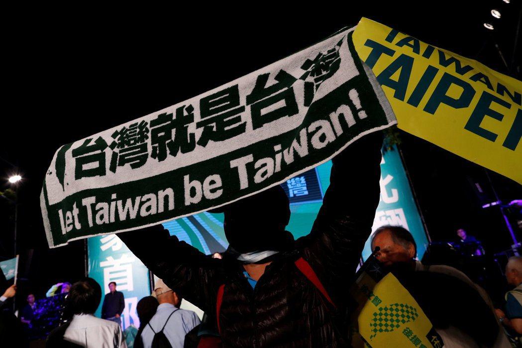 有越來越多台灣人願意表態、尋求改變。 圖/路透社