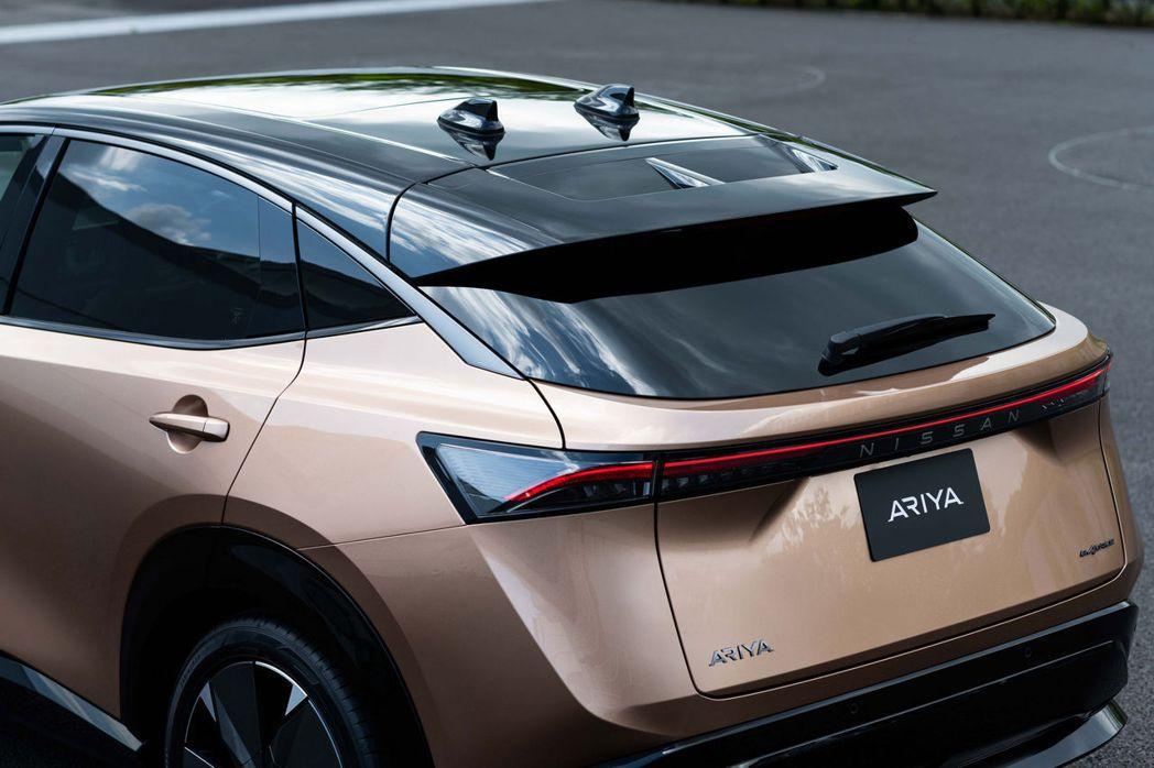 向下斜的D柱設計,搭配上大型擾流尾翼,替車尾增添不少運動氣息。 摘自Nissan