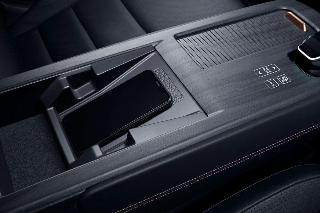 中央扶手也配備Qi無線充電板。 摘自Nissan