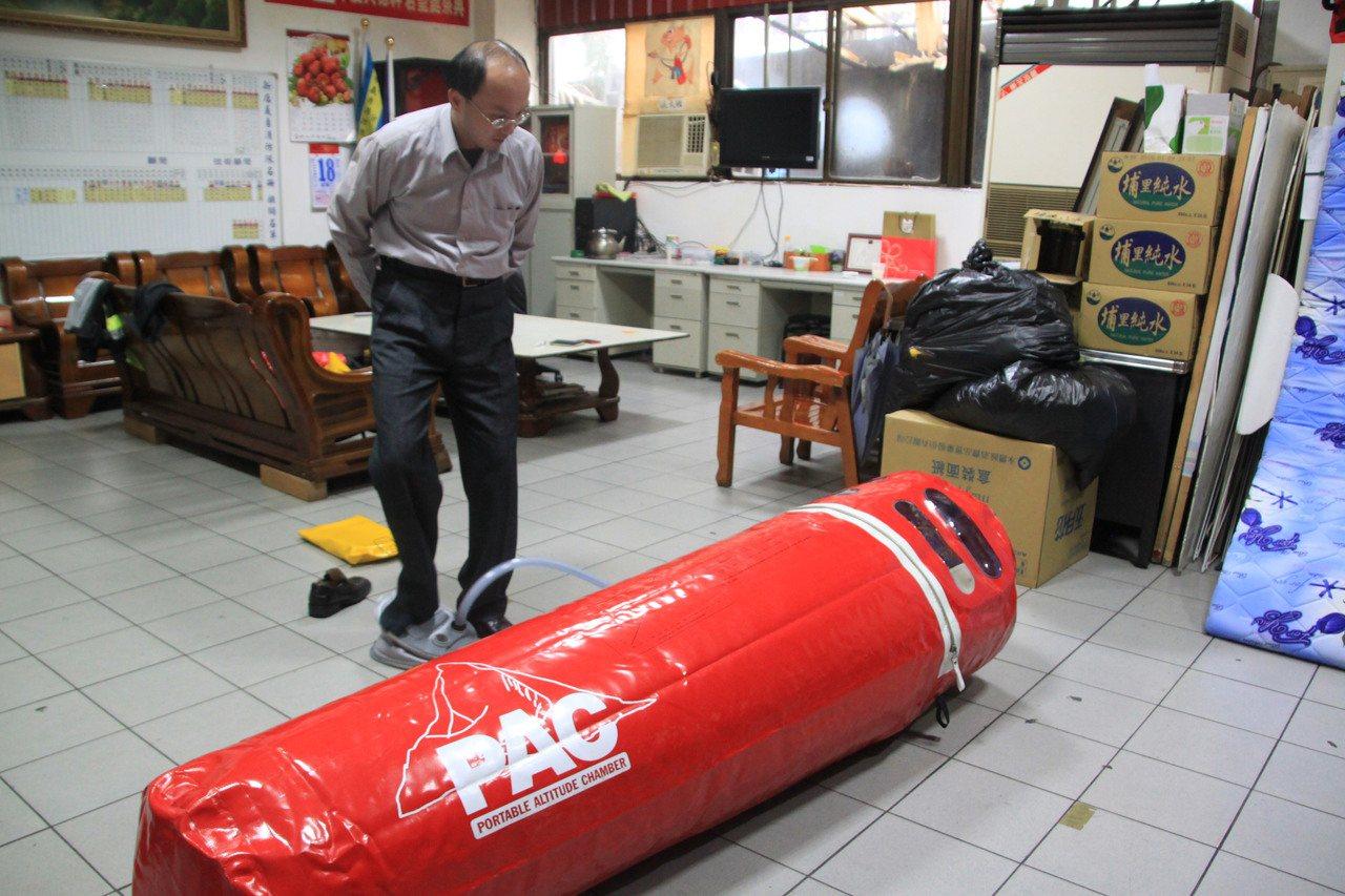醫師王士豪示範以腳踏板充氣「加壓袋」十分鐘後,裡頭壓力相當於下降海拔一千五百公尺...