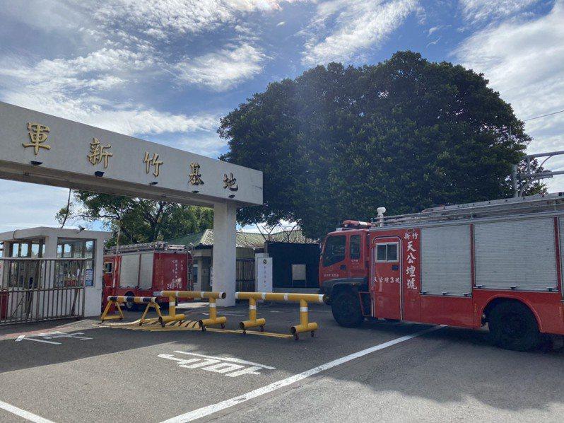 新竹市消防車進入空軍基地協助處理直升機墜落意外。聯合報系記者王駿杰/攝影