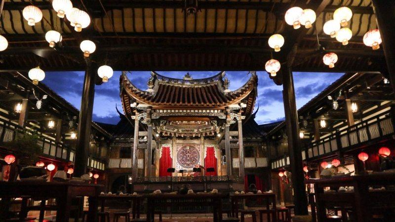 霧峰林家的戲台,伴著夜色佇立,彷彿細數百年風華。 圖/霧峰林家宮保第園區提供