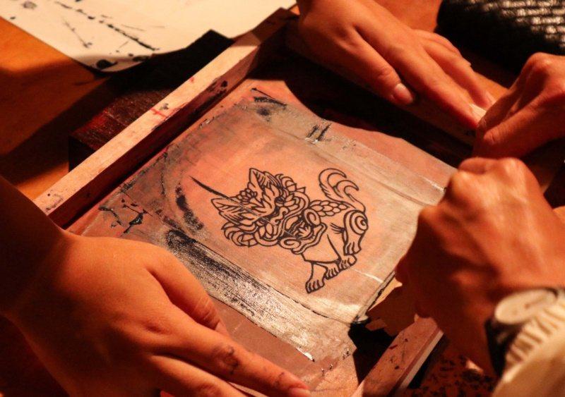 「夜探林宮保」能體驗親手絹印絹扇。 圖/霧峰林家宮保第園區提供