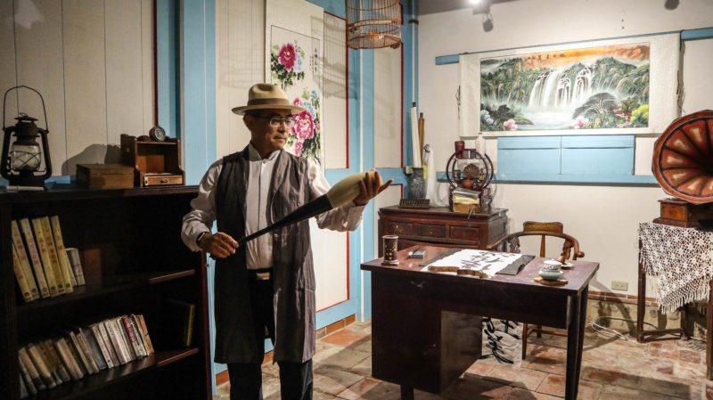 霧峰林家園區總經理林俊明介紹書房擺設特點。 圖/霧峰林家宮保第園區提供
