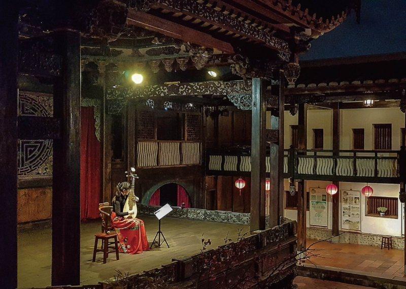 淺嚐特色小點,聆聽戲台上樂師帶來的古典迷人樂音,遊客能沈醉往昔文人仕紳的生活風雅...