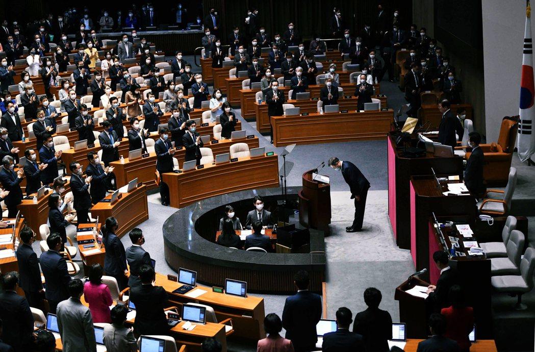 圖為7月16日,前往國會大廈對新就任的國會議員們發表演說的南韓大統領文在寅。由於...