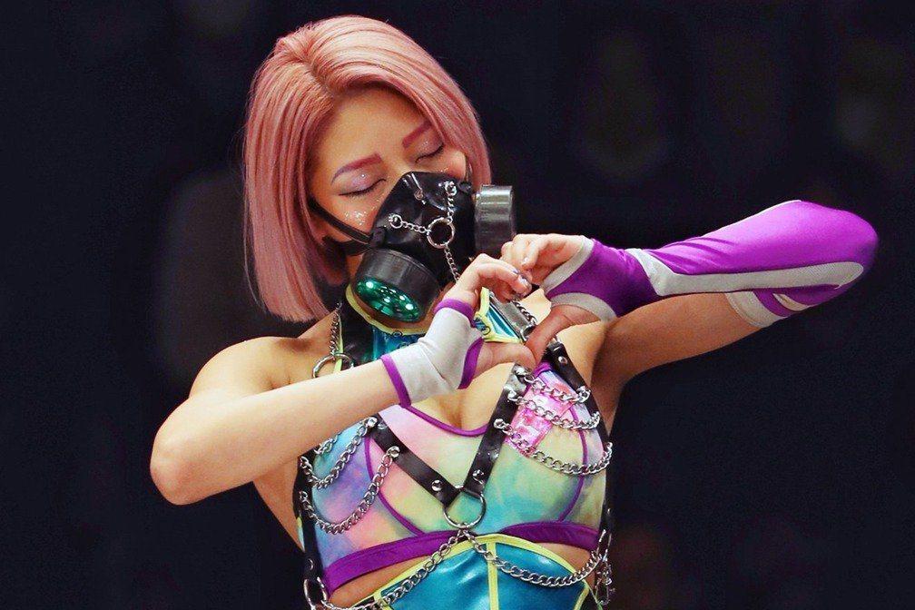 《雙層公寓》的成員木村花在節目中因「摔角服事件」播出而飽受網友批評,最終選擇結束生命。 圖/We Are Stardom Twitter